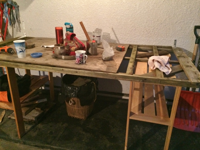 Instant workbench - fully loaded with a pot of tea (for me) and mug of coffee. (for Mrs Widds)